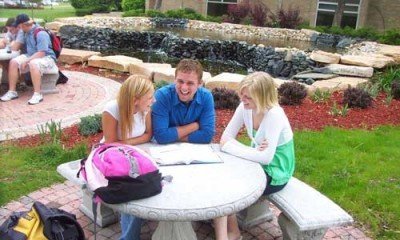 Students_at_a_table_in_Muscatine_Community_College_courtyard